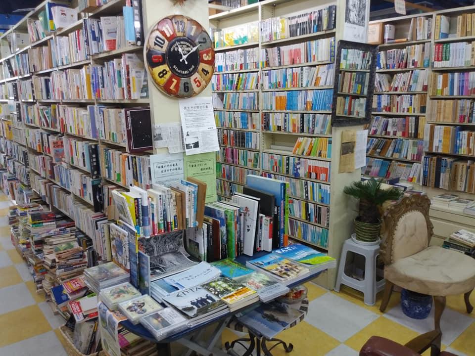 奄美の郷土誌や島料理のレシピ本が並ぶあまみ庵
