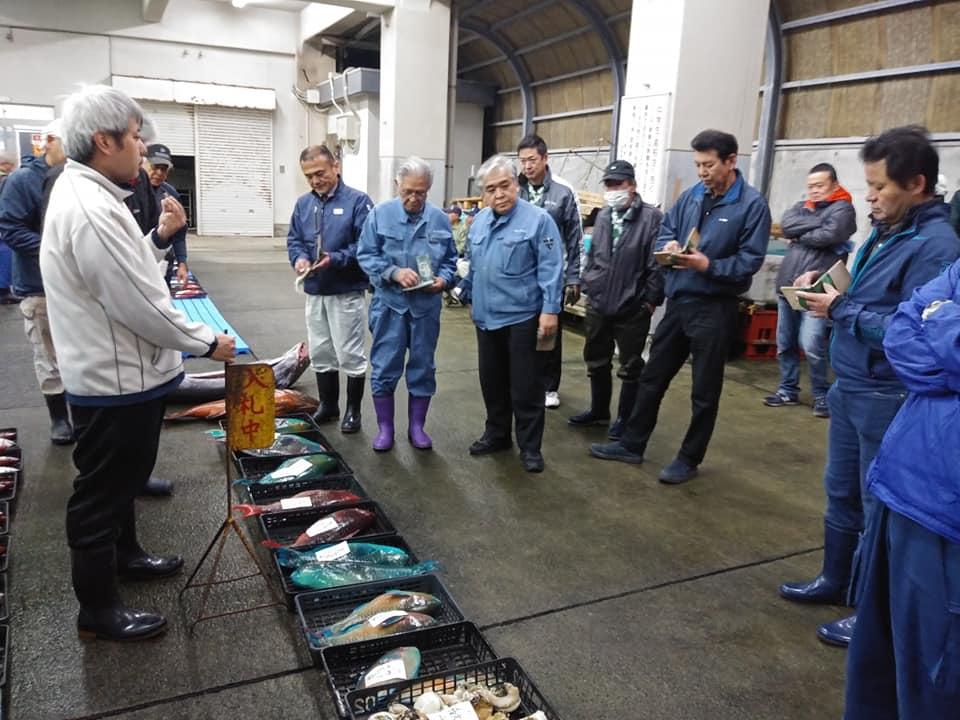 奄美市名瀬の名瀬漁協の朝競り
