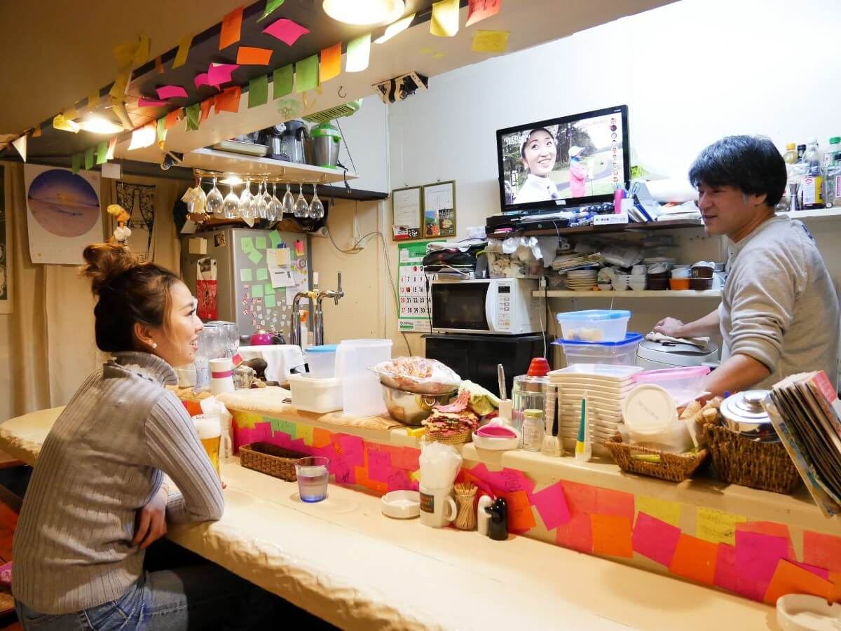 奄美「~Diningめし屋~ふくちゃん」カウンター越しに語らう店主と女性客
