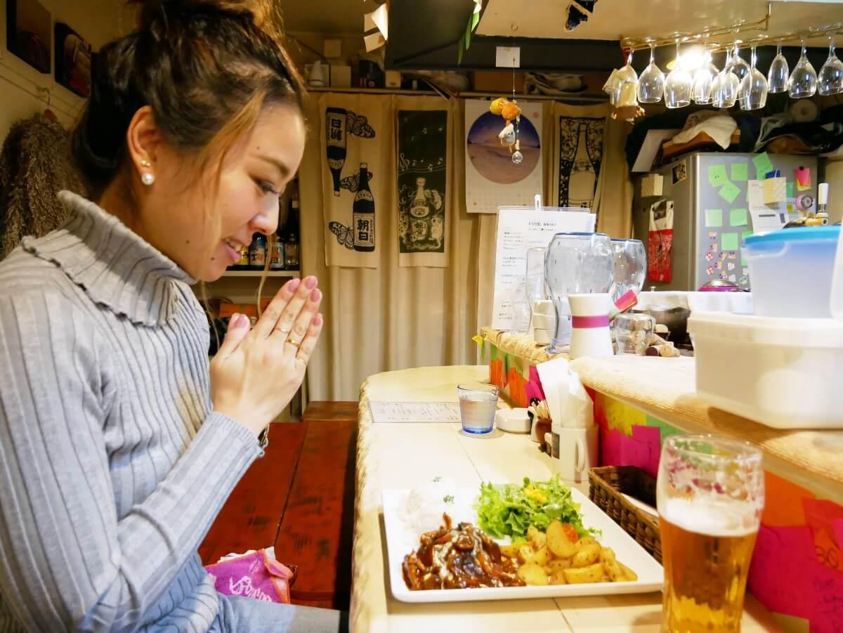 「~Diningめし屋~ふくちゃん」ハンバーグを食べようとする女性