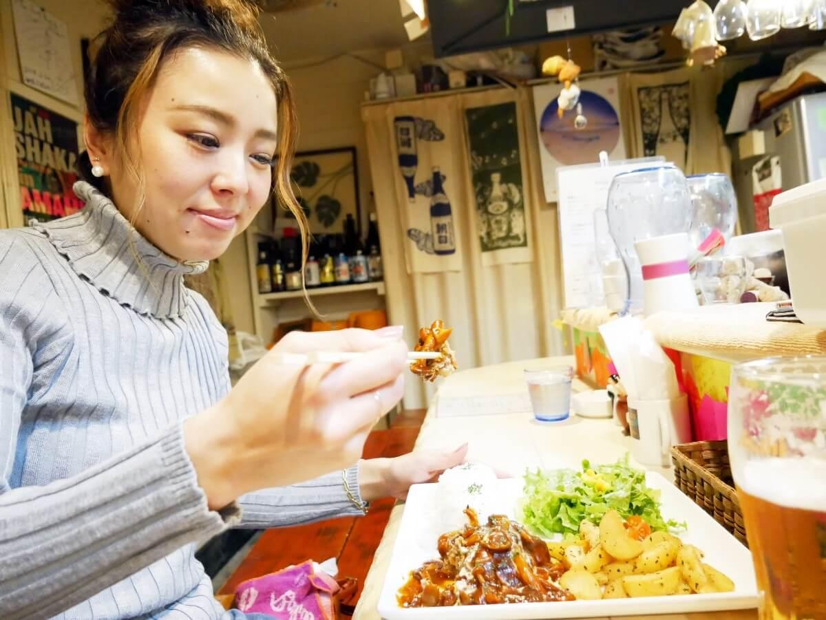 「~Diningめし屋~ふくちゃん」ハンバーグを食べる女性