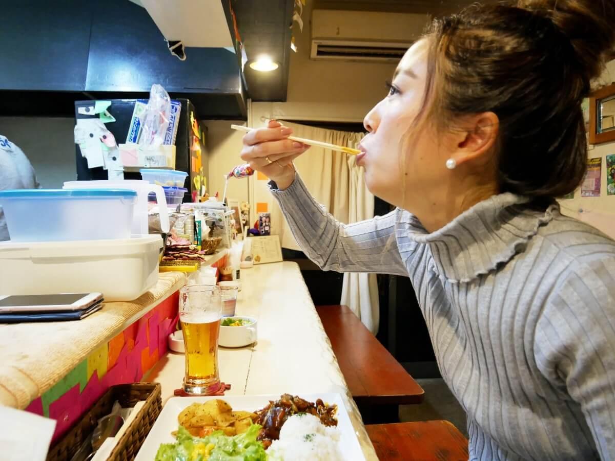 「~Diningめし屋~ふくちゃん」ハンバーグを食べる女性の横顔