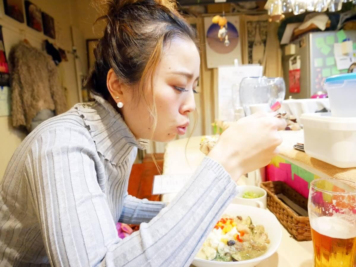「~Diningめし屋~ふくちゃん」グリーンカレーを食べようとする女性
