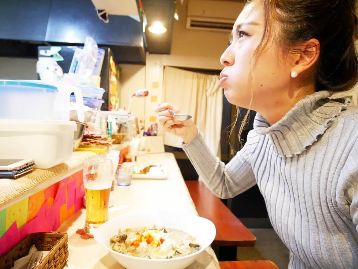 「~Diningめし屋~ふくちゃん」グリーンカレーを食べる女性の横顔