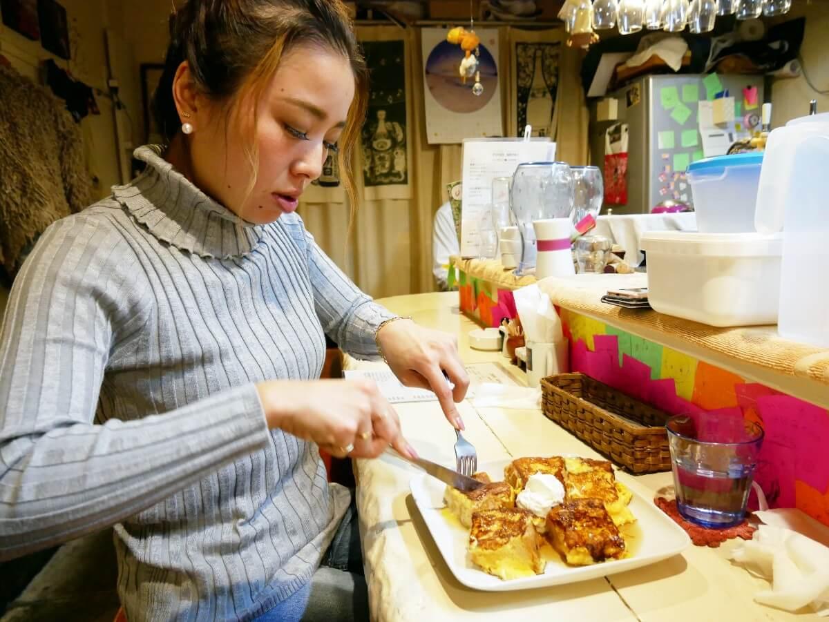 「~Diningめし屋~ふくちゃん」フレンチトーストを切り分ける女性