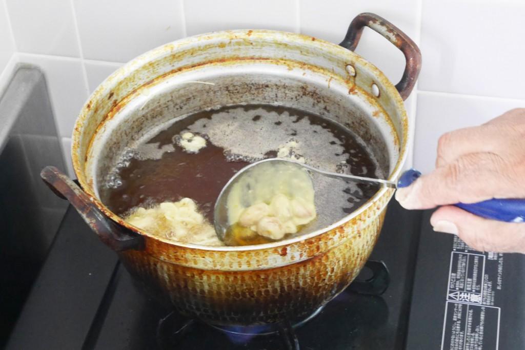 落花生の天ぷらを揚げる様子