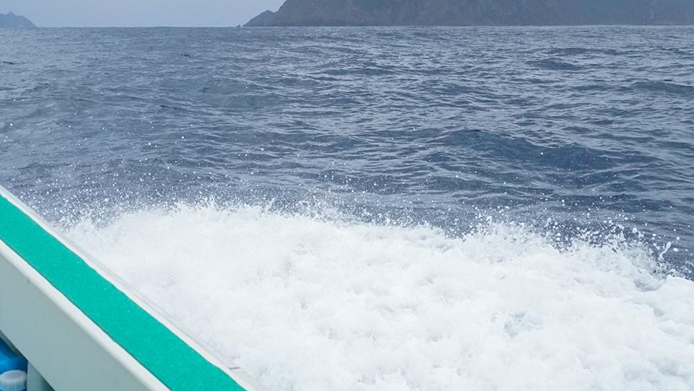 船から見える海の水しぶき