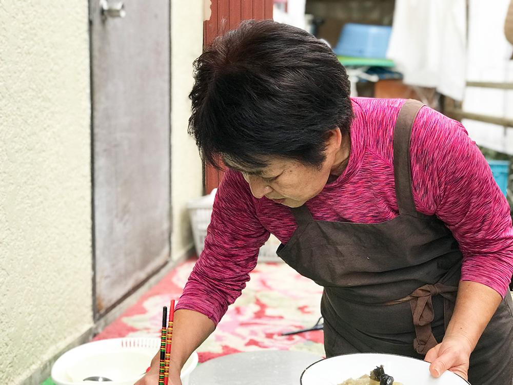 料理を取り分ける女性
