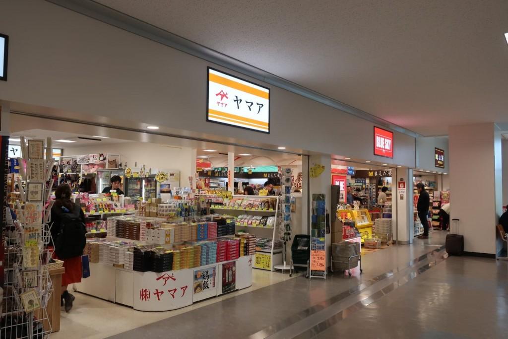 奄美大島空港2階にあるお土産ショップのヤマア