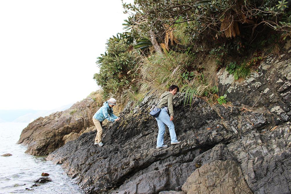 ターバマへの崖をのぼる人