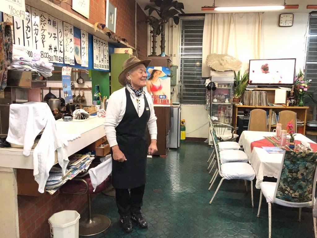 喫茶シャークの店主の鮫島さんの立ち姿
