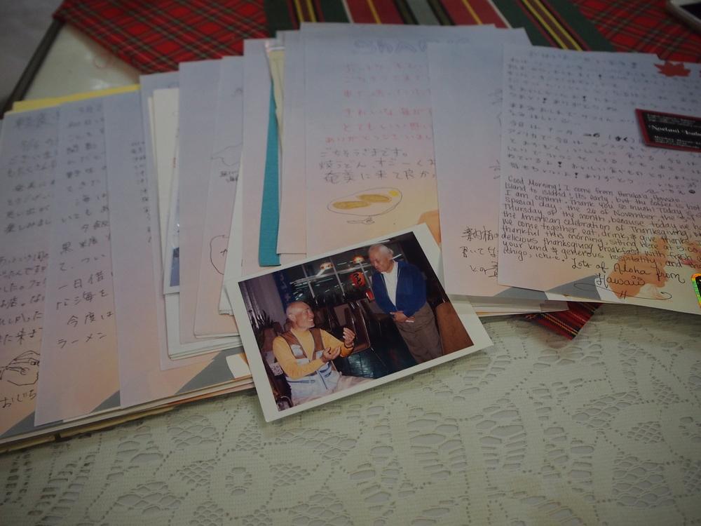 喫茶シャークに残る旅人たちの置手紙や海外から届いた手紙の山