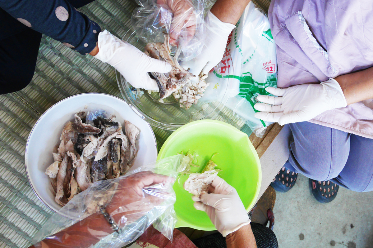 骨と身に分けられた魚のアラ
