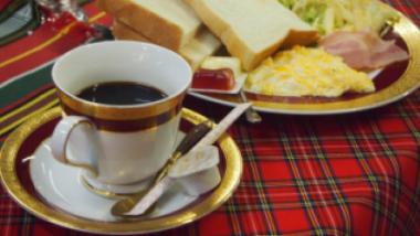 奄美についたら「新港喫茶シャーク」で朝食を。映画のワンシーンのような思い出を作ろう。