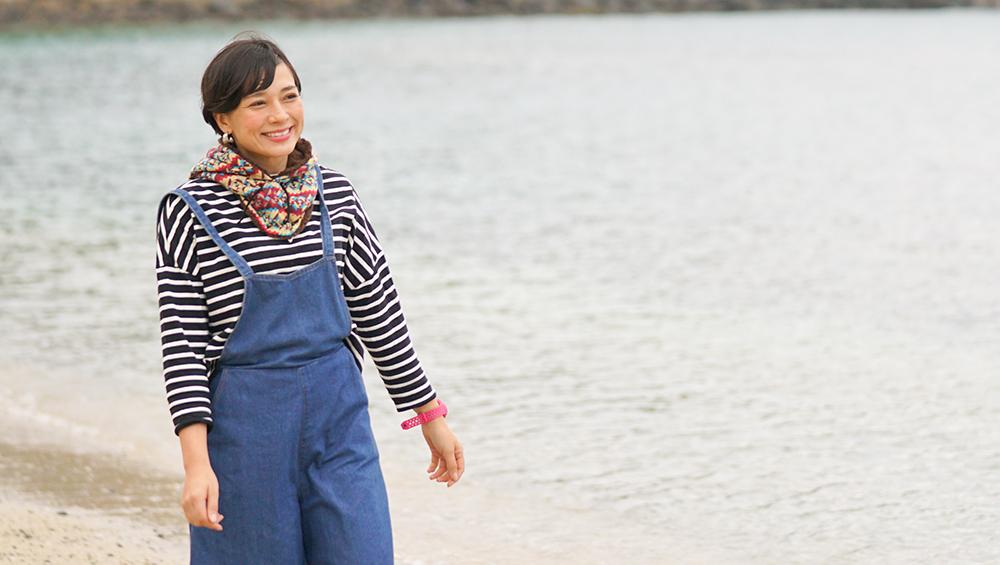 ヤドリ浜キャンプ場を歩く芳美リン