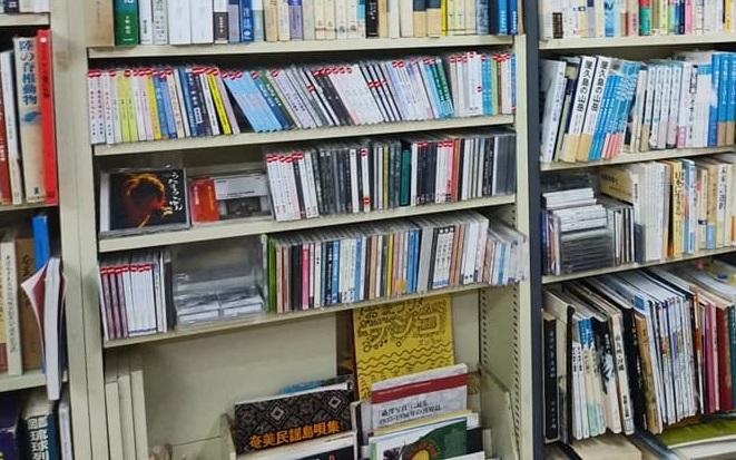 あまみ庵の店内にある古本やCD