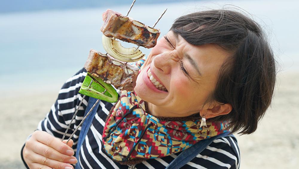 ヤドリ浜でバーベキューをする芳美リン