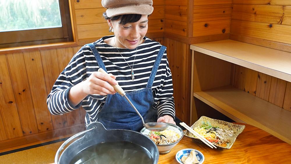 ひさ倉で鶏飯を食べる芳美リン