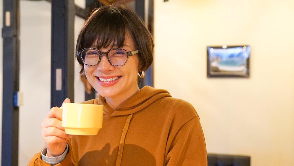とよひかり珈琲のコーヒーを飲む芳美リン