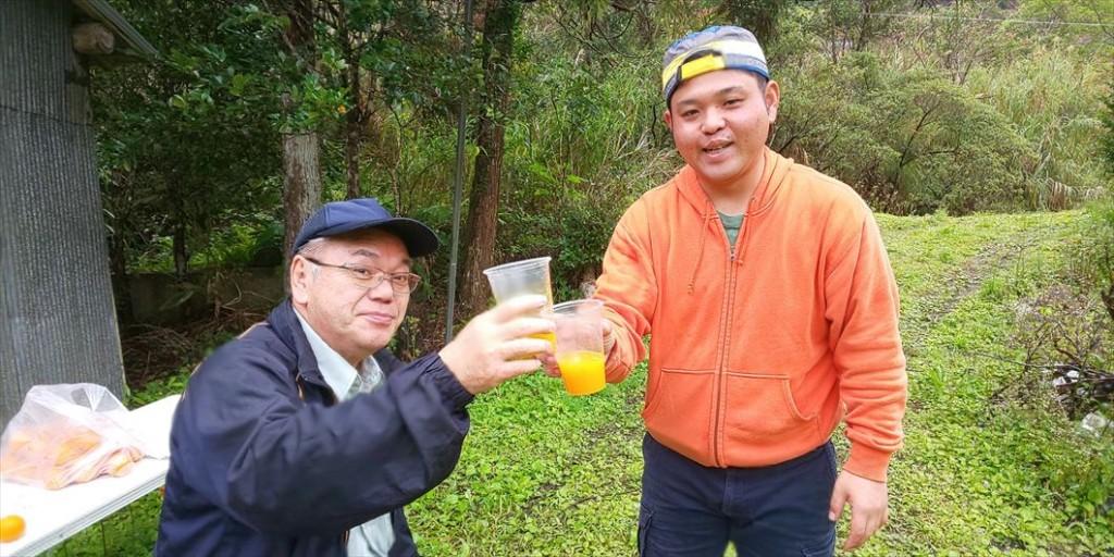 タンカンジュースで乾杯する住用集落の人々