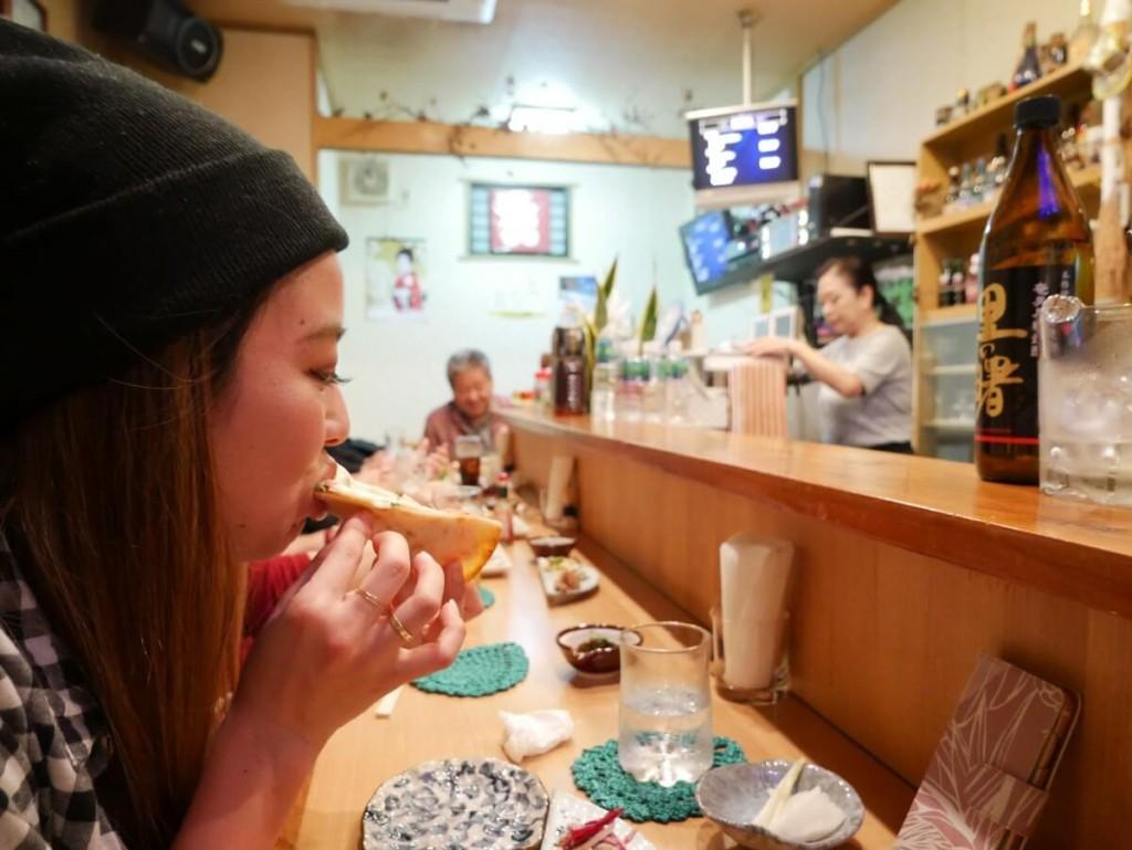 カウンターで食事をする女性