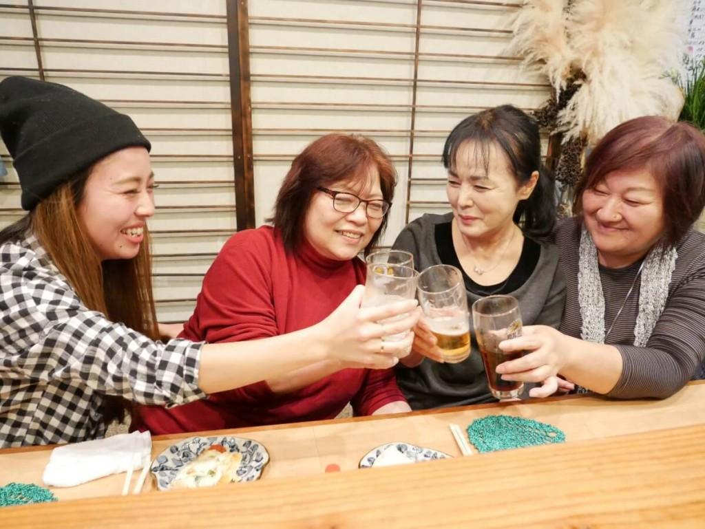 奄美屋仁川のカウンターで乾杯する女性たち
