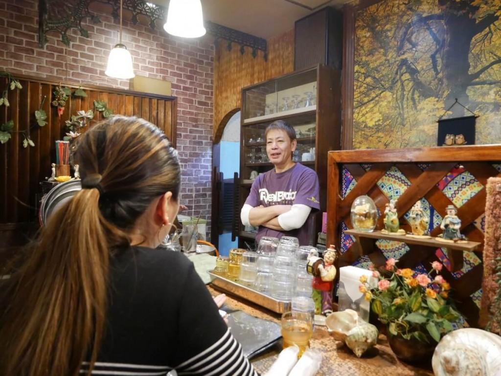 喫茶店のマスターとカウンターに座る女性