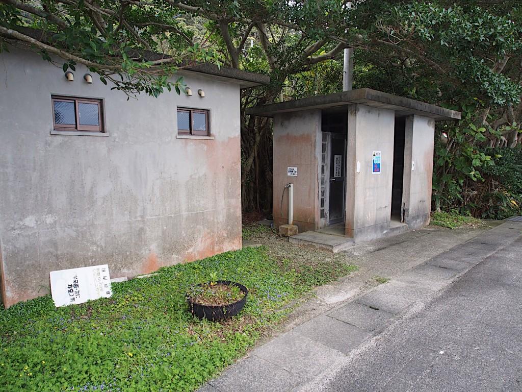 奄美西古見地区の白浜にあるシャワーとトイレ