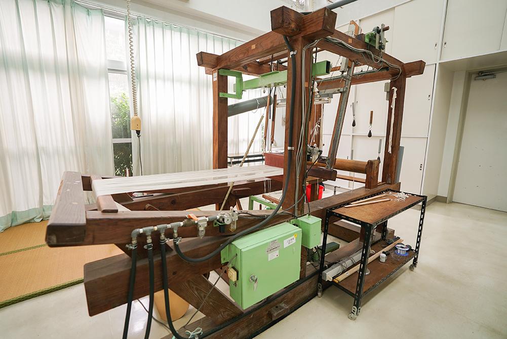 本場大島紬しめたばをする織り機