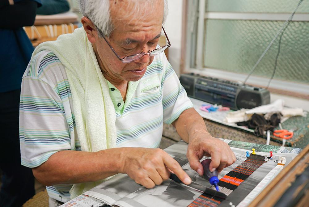奄美大島本場大島紬加工作業をする職人