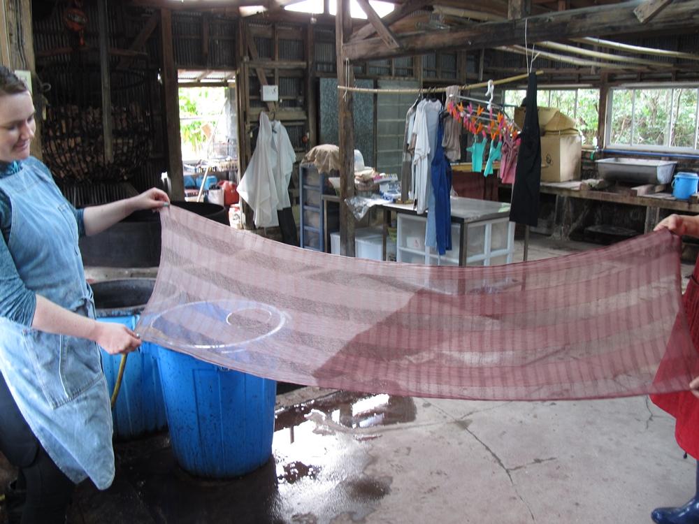 泥染めをした絹のストール