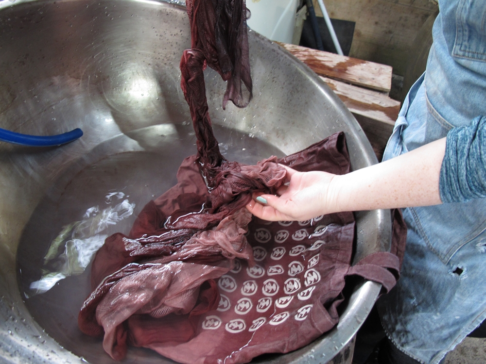 泥染めのカバンと絹のストール